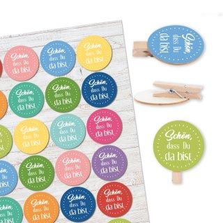 24 runde Holzklammern + 24 bunte Text Aufkleber Schön, dass du da bist - Geschenke verpacken Gastgeschenk Mitgebsel