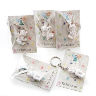 10 Gastgeschenke - kleine weiße Engelsanhänger + grau bunte Kärtchen Für kleine Engel