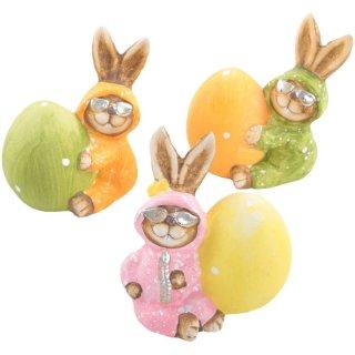 3 kuriose Osterhasen mit Osterei in orange + grün + rosa - 11 cm - aus Keramik